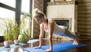 mulher-fazendo-yoga-em-casa